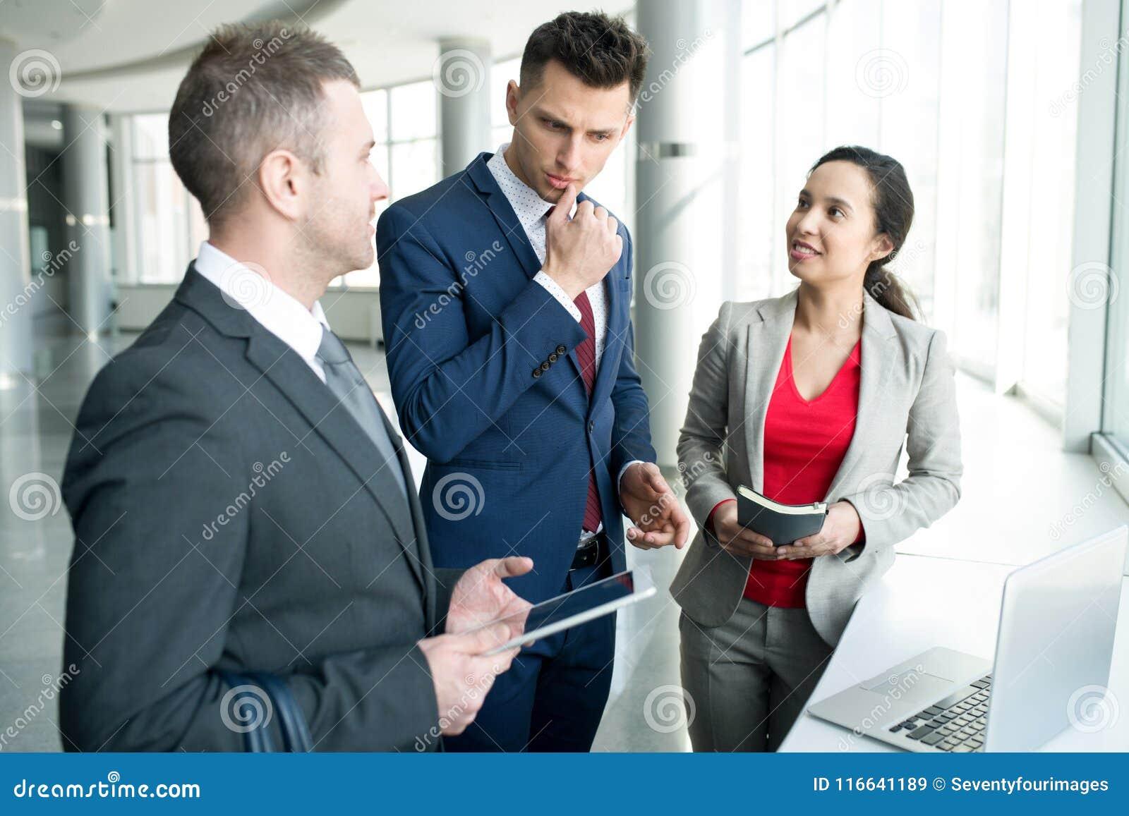 Команда дела обсуждая проект