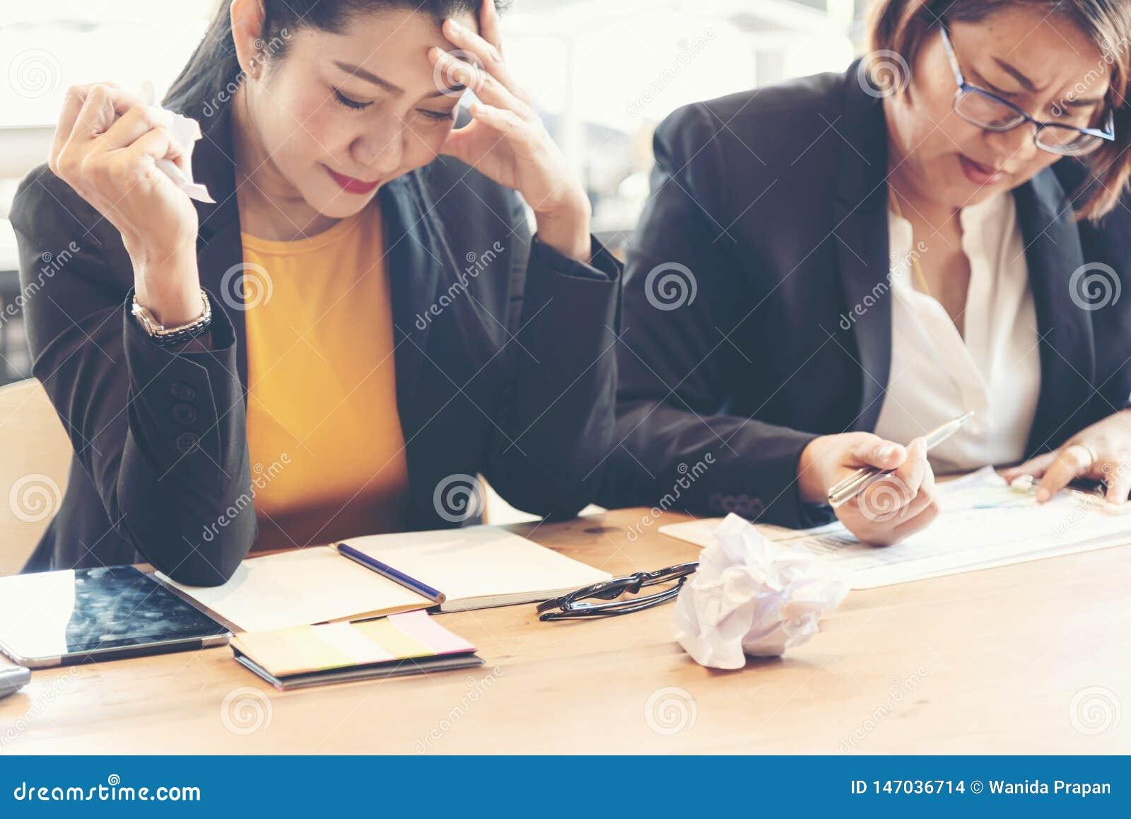 Команда дела работая и обсуждая для новой работы операций с ценными бумагами проекта Партнеры работы команды встречая и краткая р