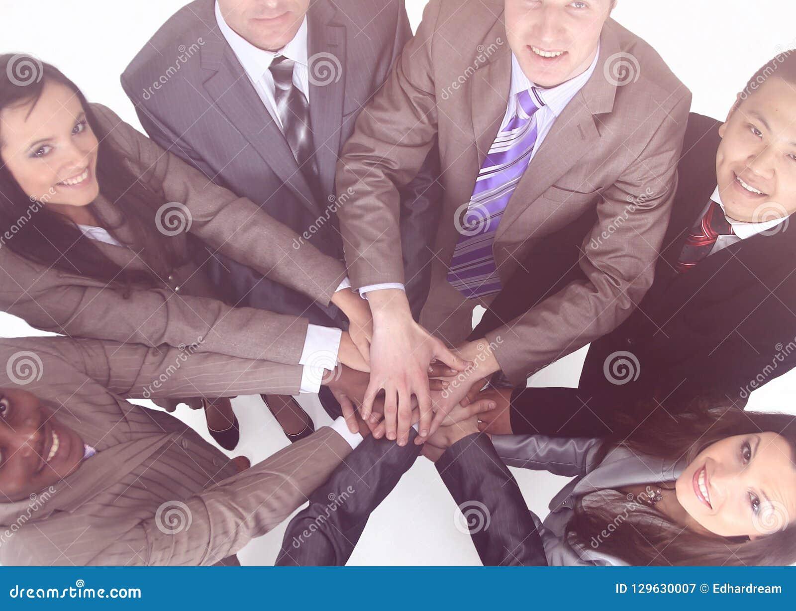 Команда дела стоя при руки сжиманные совместно