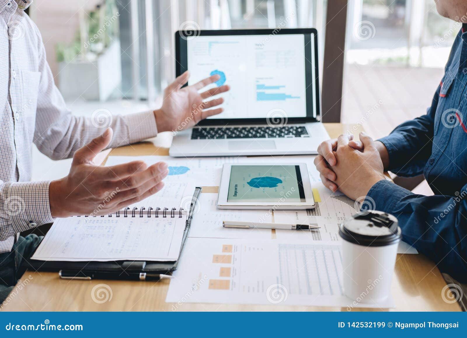 Команда сотрудников работает совместно, дело делая разговор с проектом представления партнера на встрече деятельности и анализа,