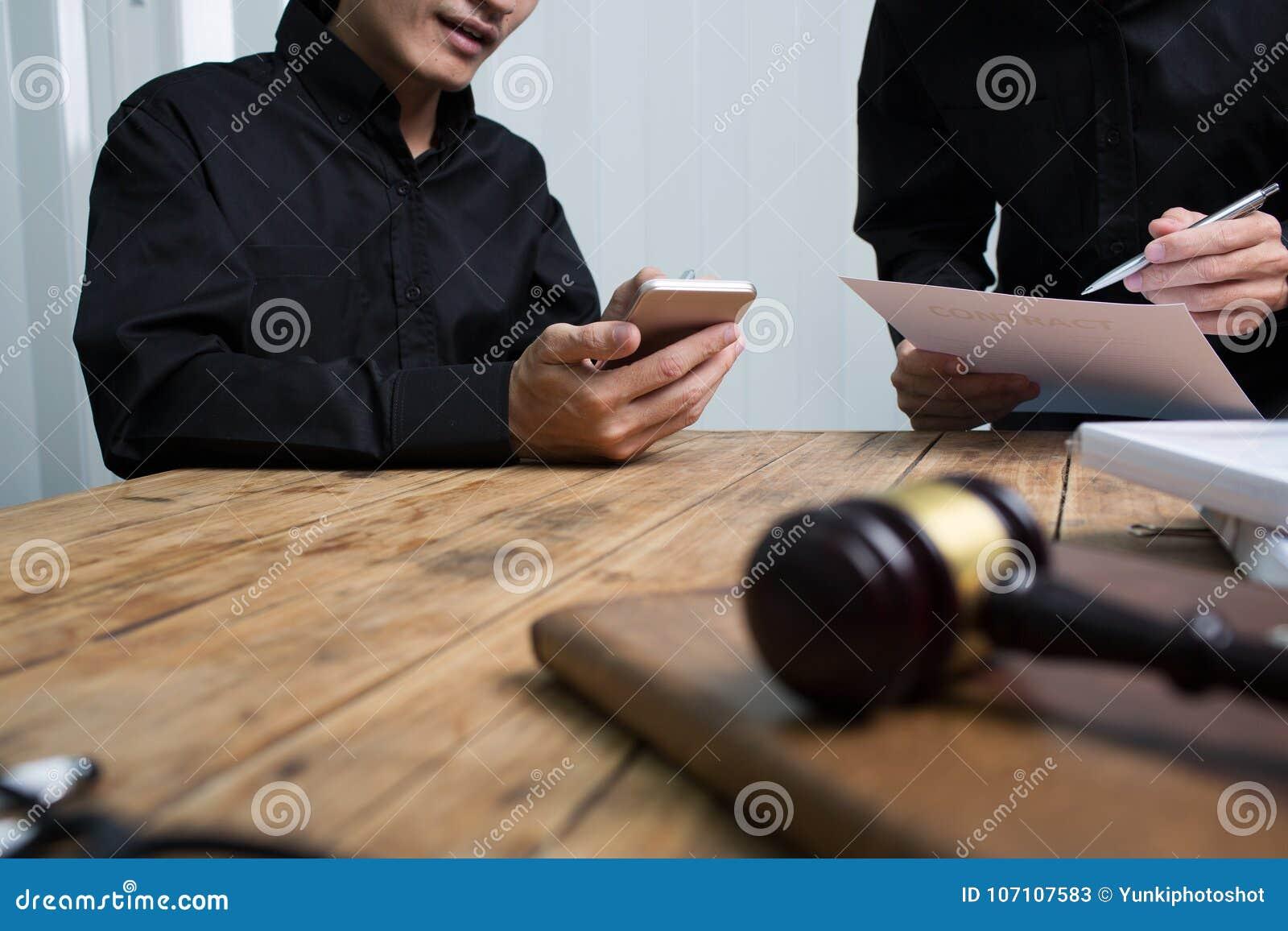 Команда юристов и юридических советников работая совместно