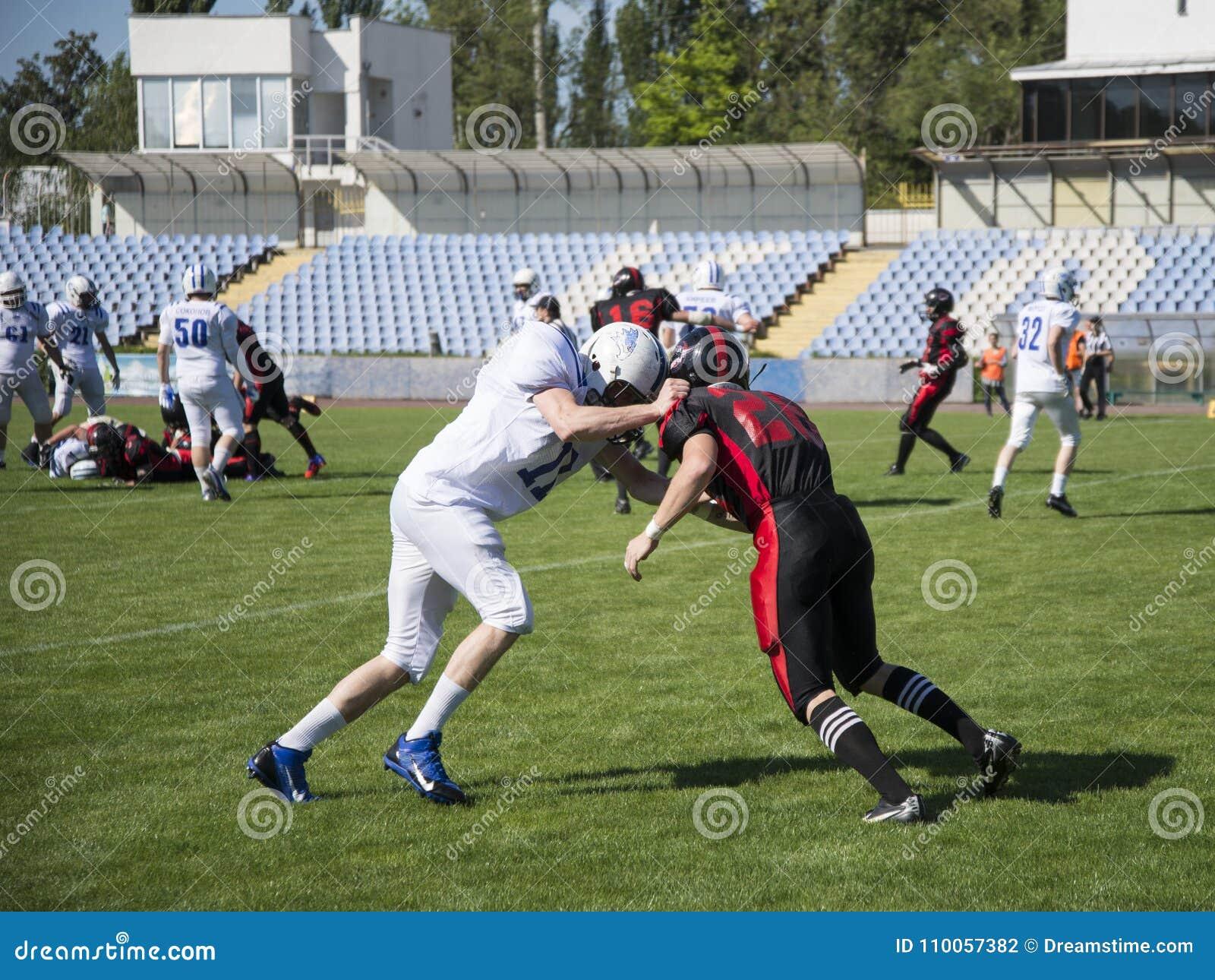 Команды для американского футбола против фона зеленого поля