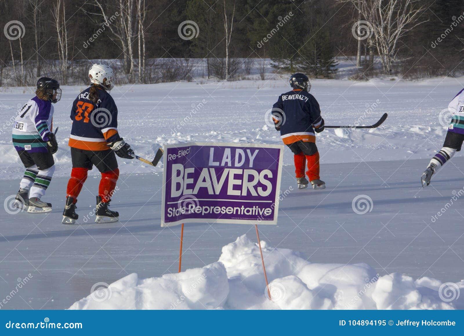 Команды ` s женщин состязаются в фестивале хоккея пруда в Rangeley
