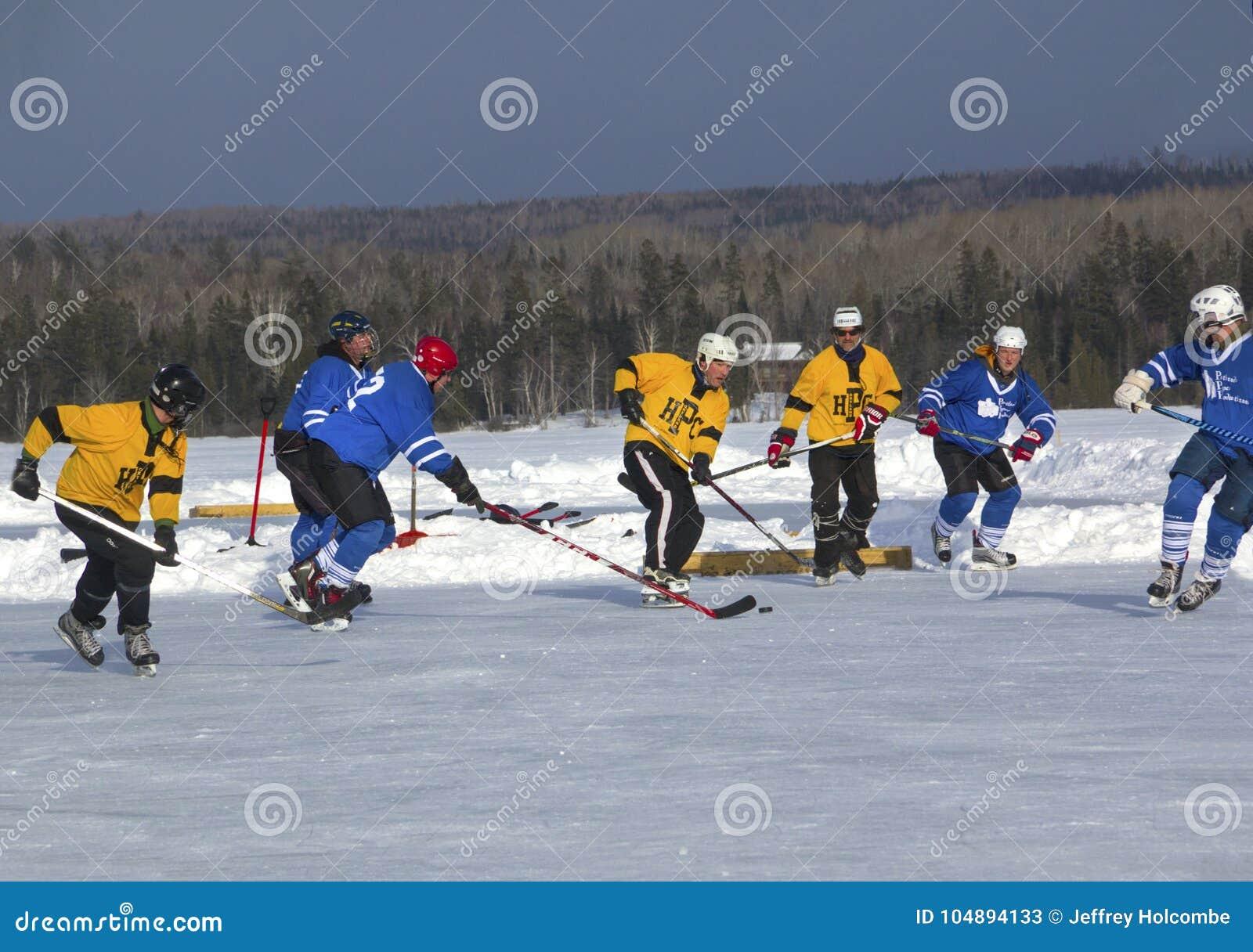 Команды ` s людей состязаются в фестивале хоккея пруда в Rangeley