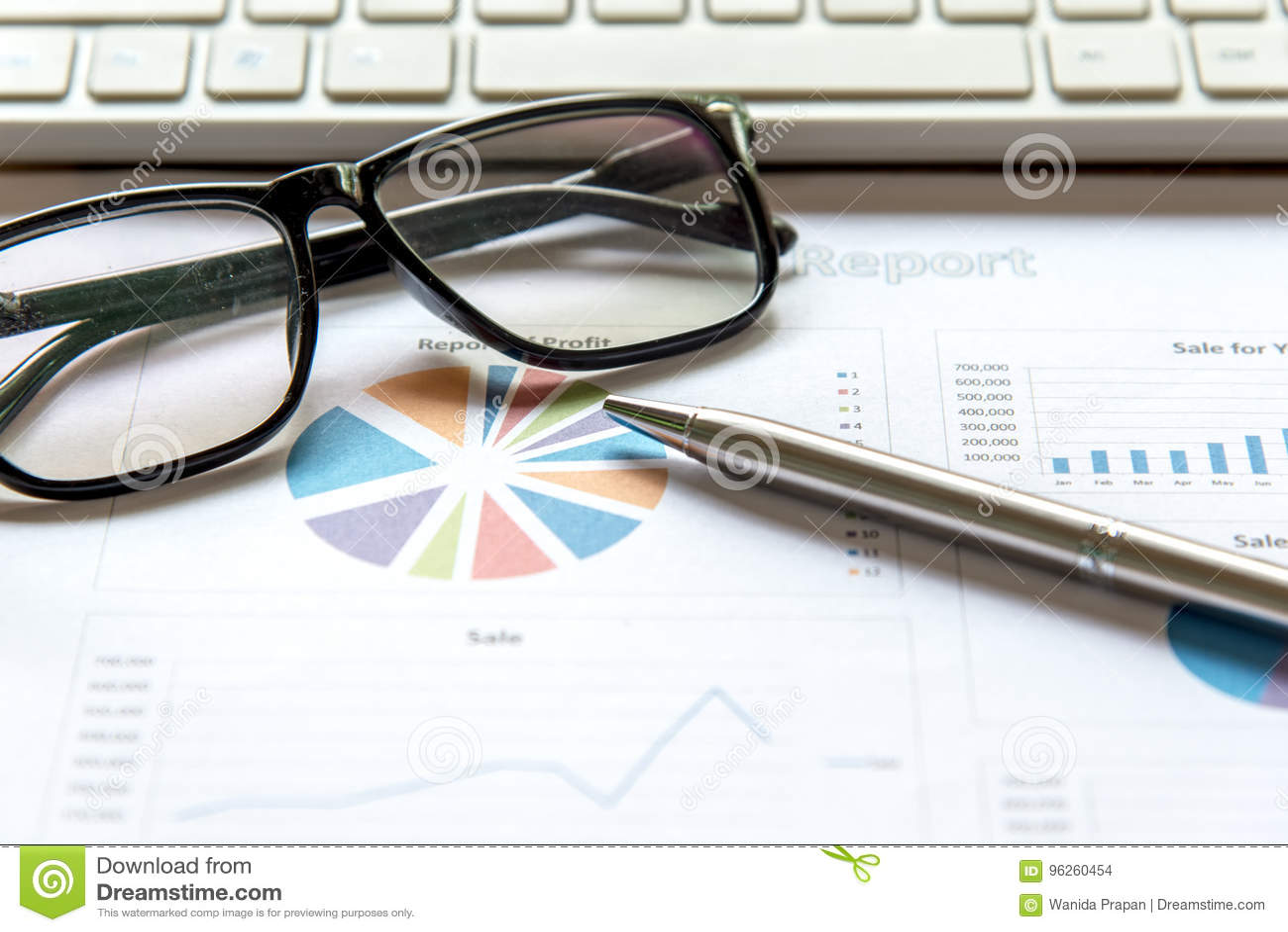 Команда дела используя планшет, который нужно работать с финансовыми данными Партнеры обсуждая диаграмму роста отчета