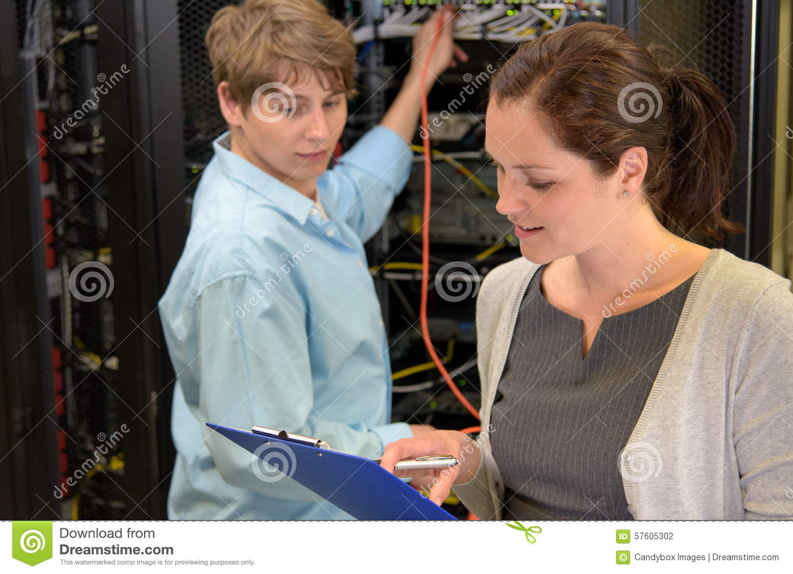 Команда техников ИТ в комнате сервера
