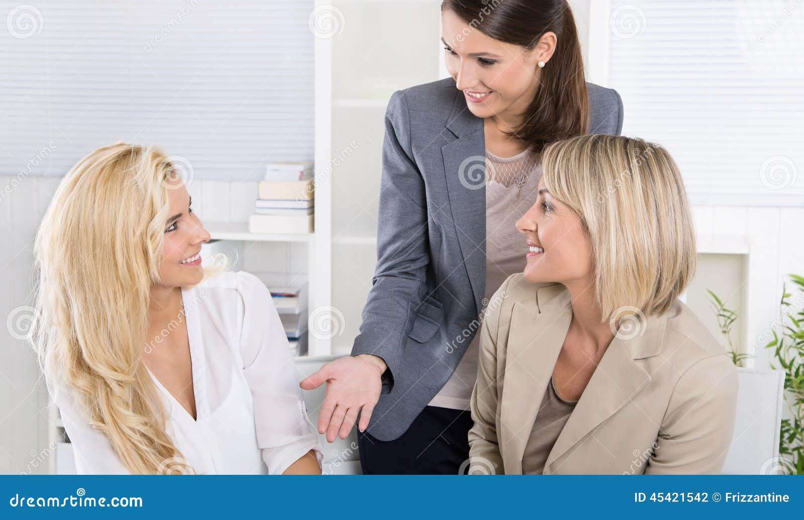 Команда: Успешная команда дела женщины в офисе говоря к