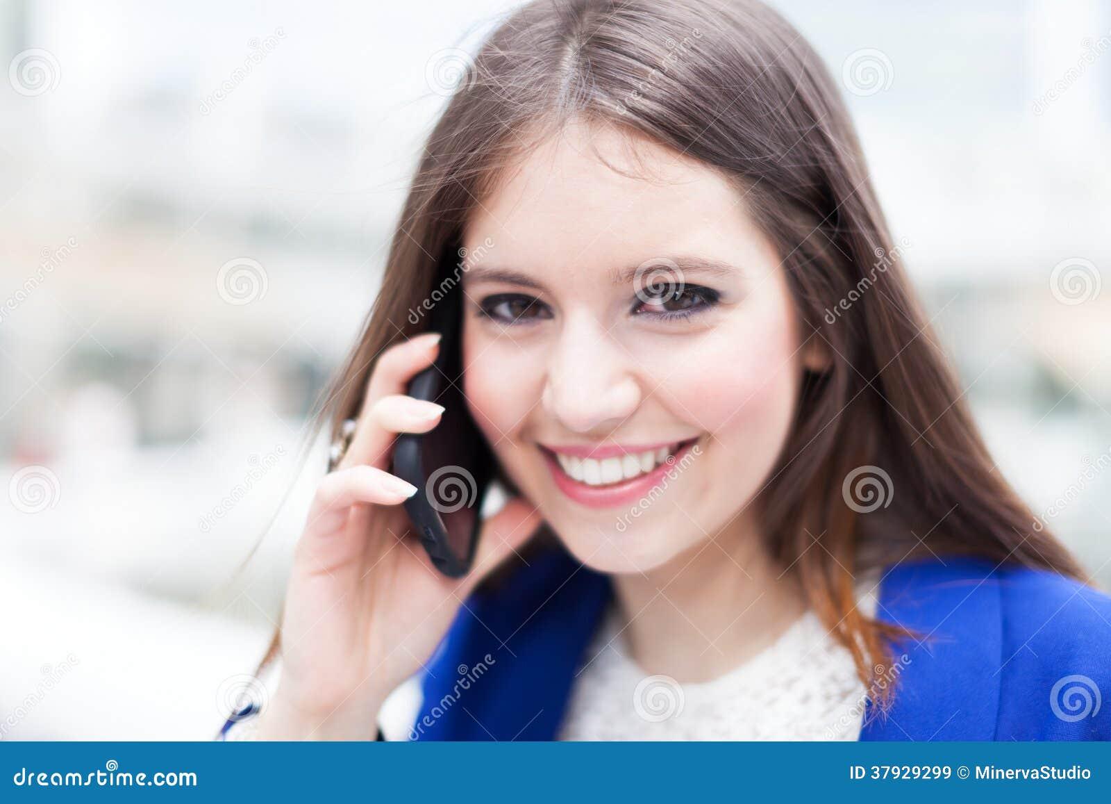 Коммерсантка говоря на телефоне
