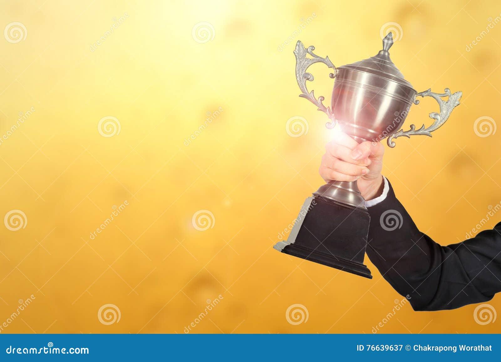 Коммерсантка празднуя с держать награду трофея для успеха