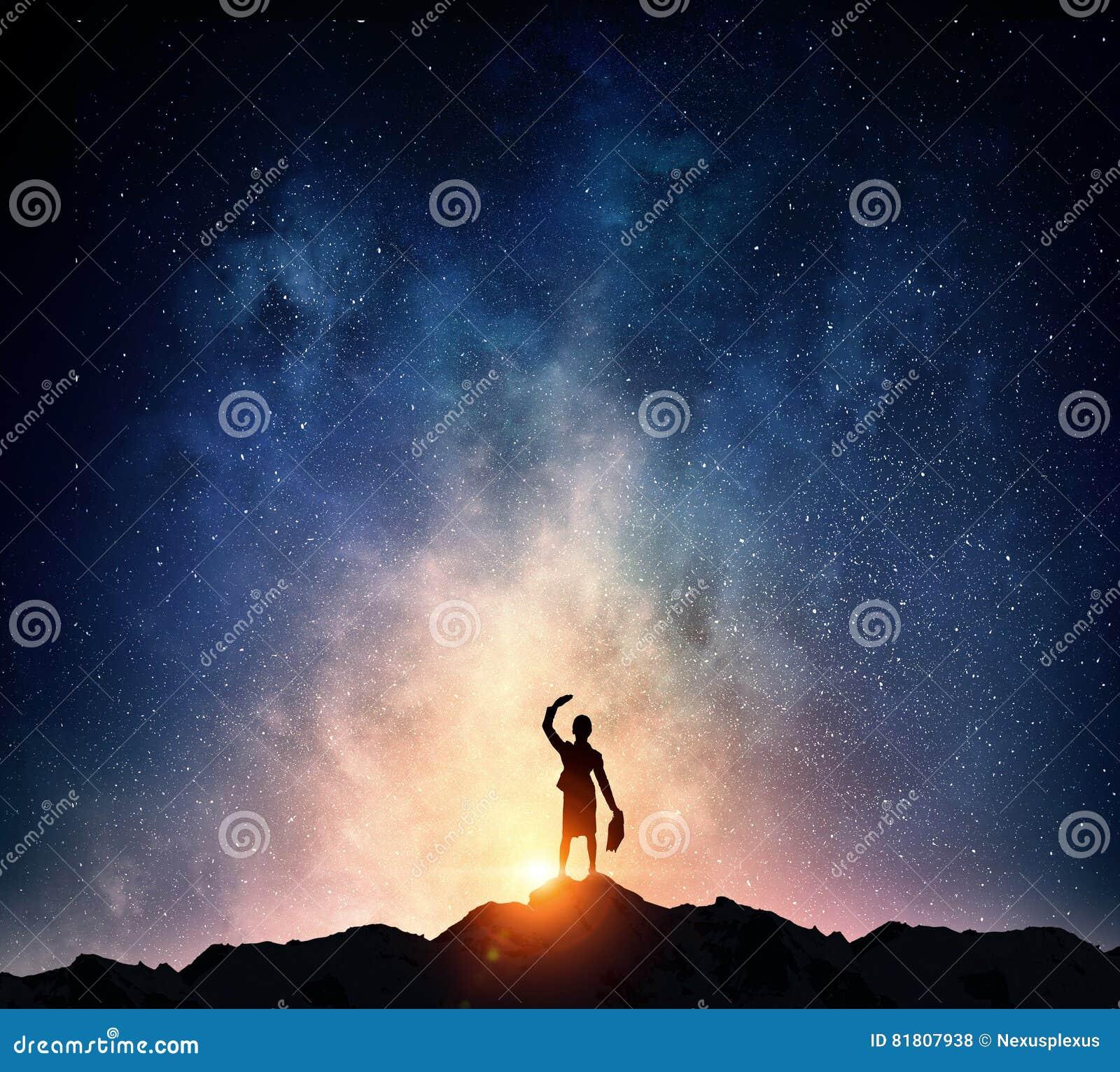 Коммерсантка против звёздного неба Мультимедиа