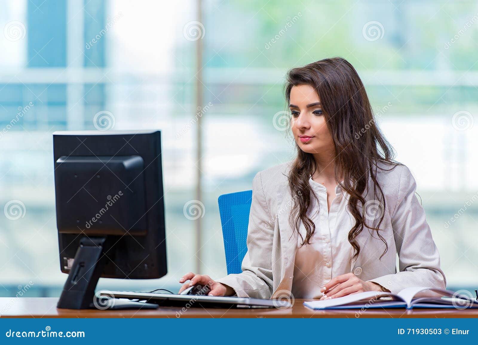 Коммерсантка сидя на столе офиса