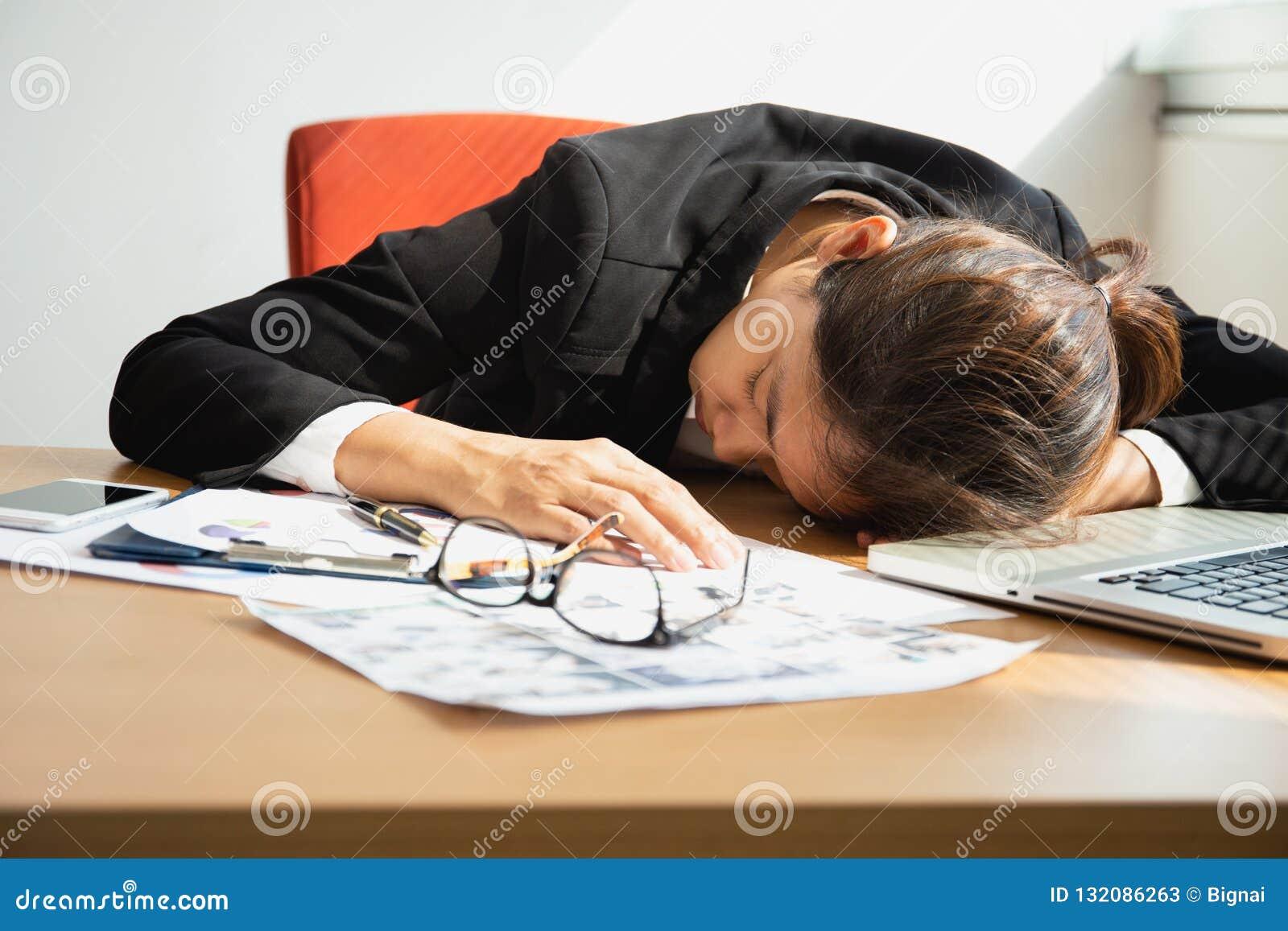 Коммерсантка спать на рабочем столе с ноутбуком после времени обеда