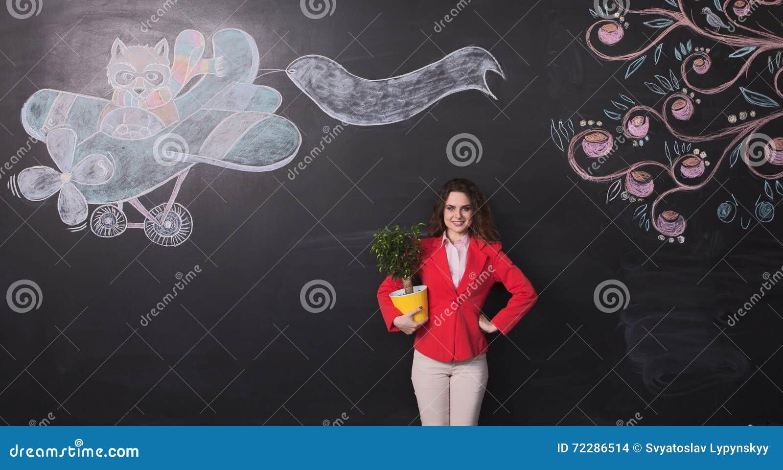 Download Коммерсантка с цветочным горшком Стоковое Фото - изображение насчитывающей предприниматель, женщина: 72286514