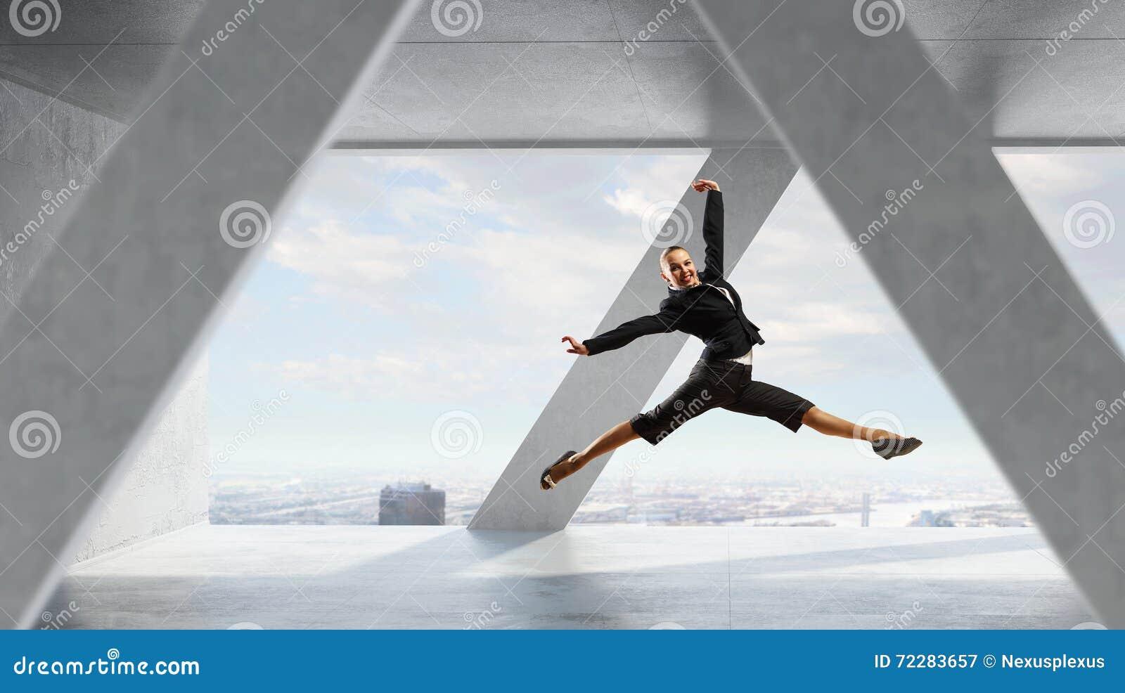 Download Коммерсантка танцев в офисе Стоковое Изображение - изображение насчитывающей свобода, скачка: 72283657