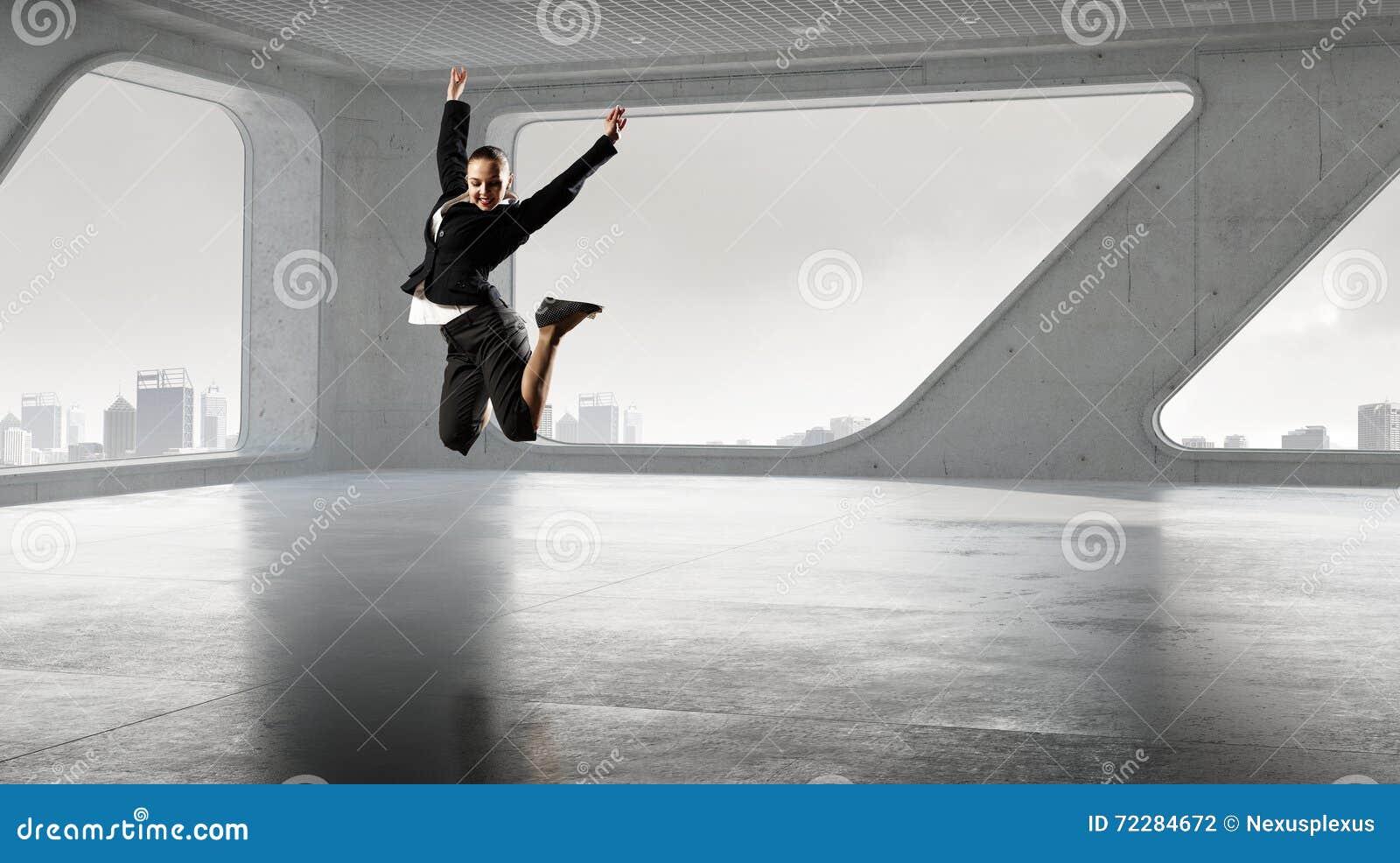 Download Коммерсантка танцев в офисе Стоковое Фото - изображение насчитывающей лист, работник: 72284672