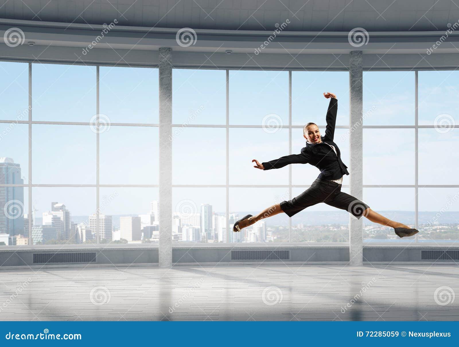 Download Коммерсантка танцев в офисе Стоковое Изображение - изображение насчитывающей excited, достигают: 72285059