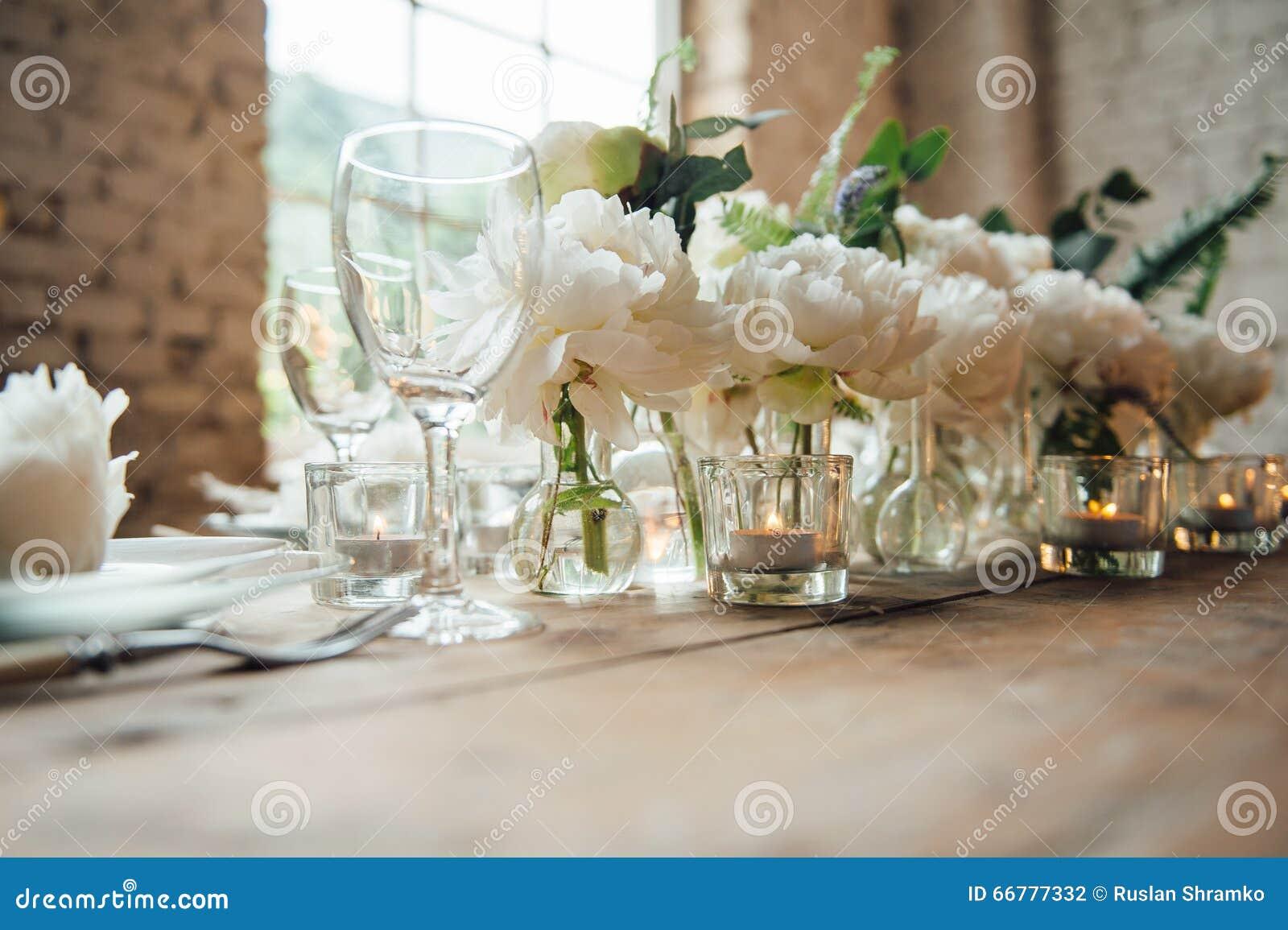 Комната свадьбы украсила стиль просторной квартиры с таблицей и аксессуарами