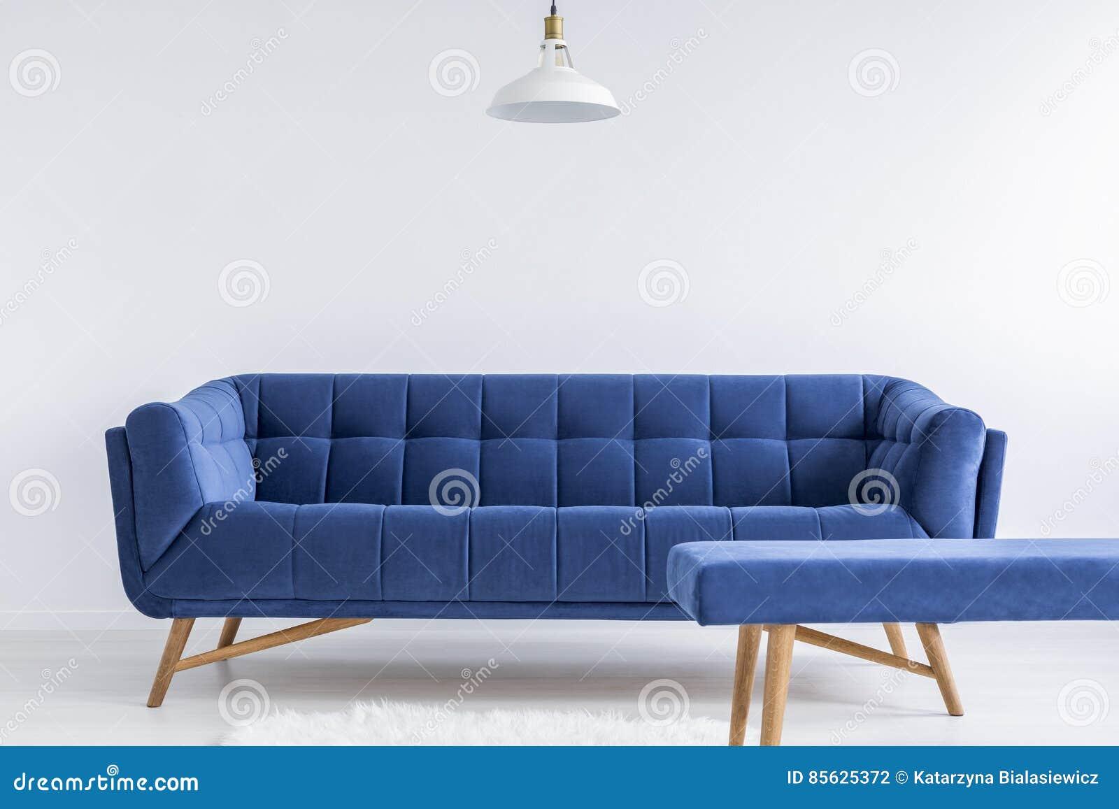 Комната с винтажной софой