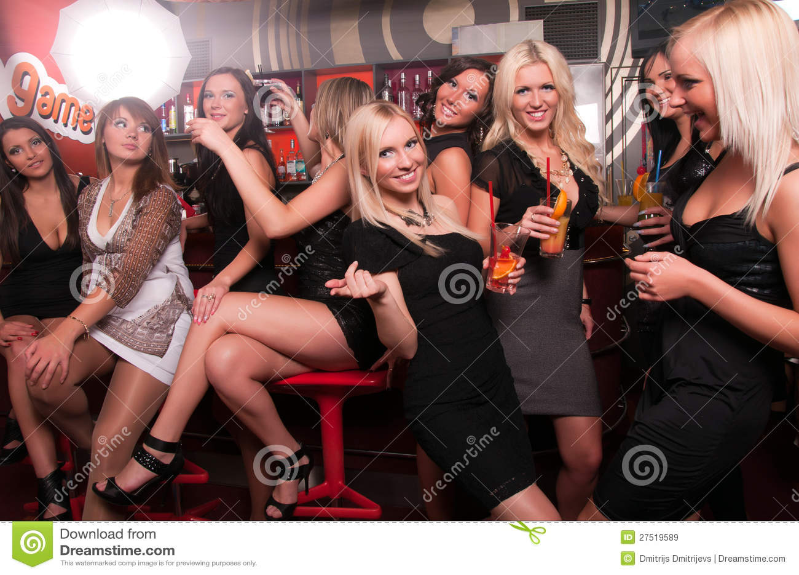 компания в ночном клубе фото