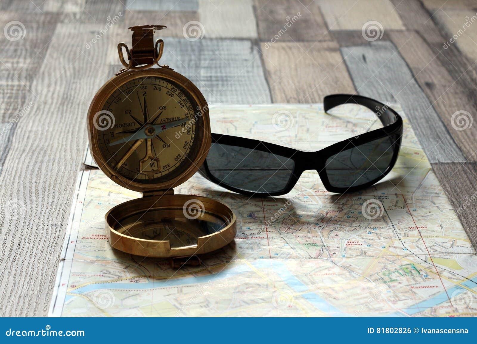 Компас и солнечные очки лежат на карте