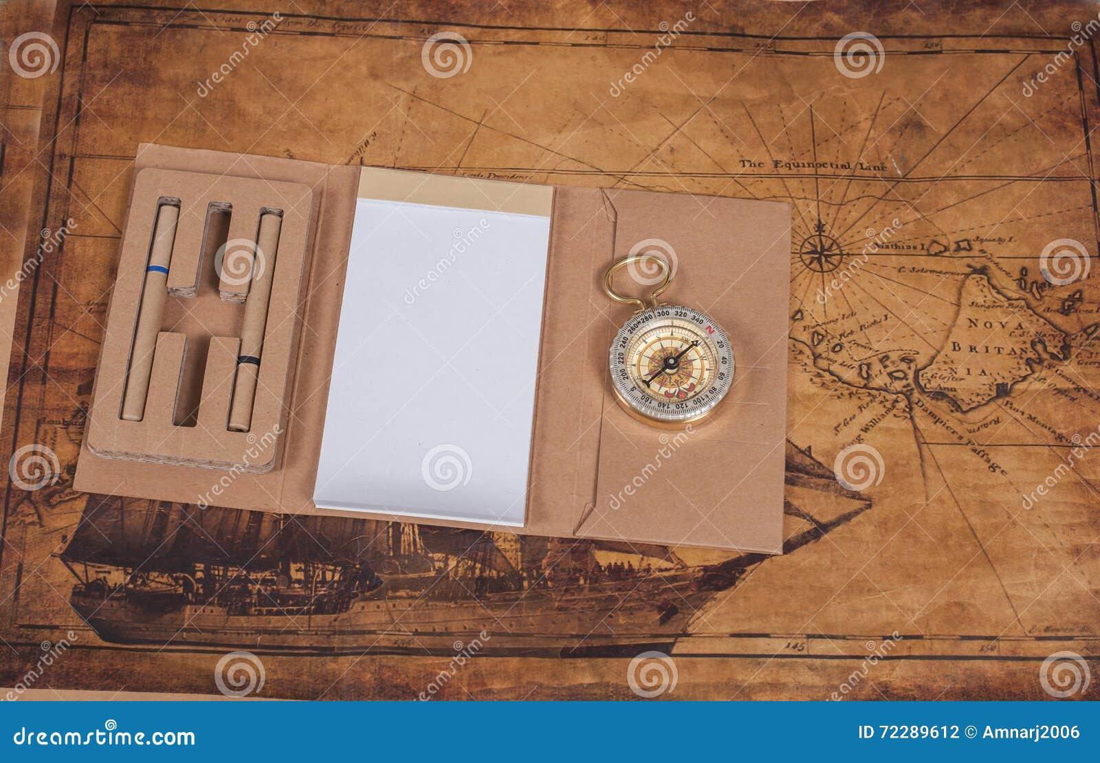 Download Компас с блокнотом на старом годе сбора винограда карты Стоковое Фото - изображение насчитывающей компас, bonnet: 72289612