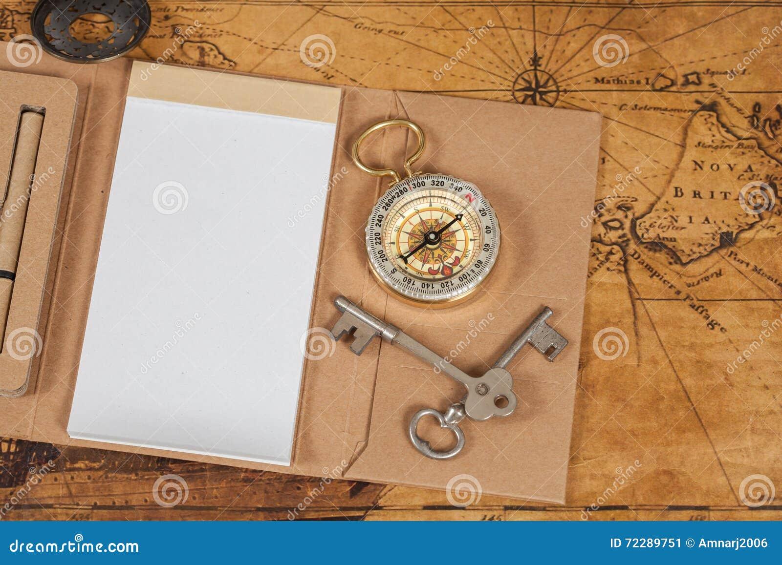 Download Компас с блокнотом на старом годе сбора винограда карты Стоковое Изображение - изображение насчитывающей компас, ретро: 72289751
