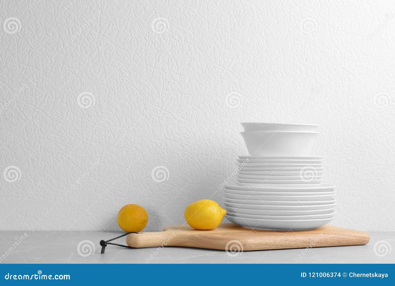 Комплект посуды на таблице