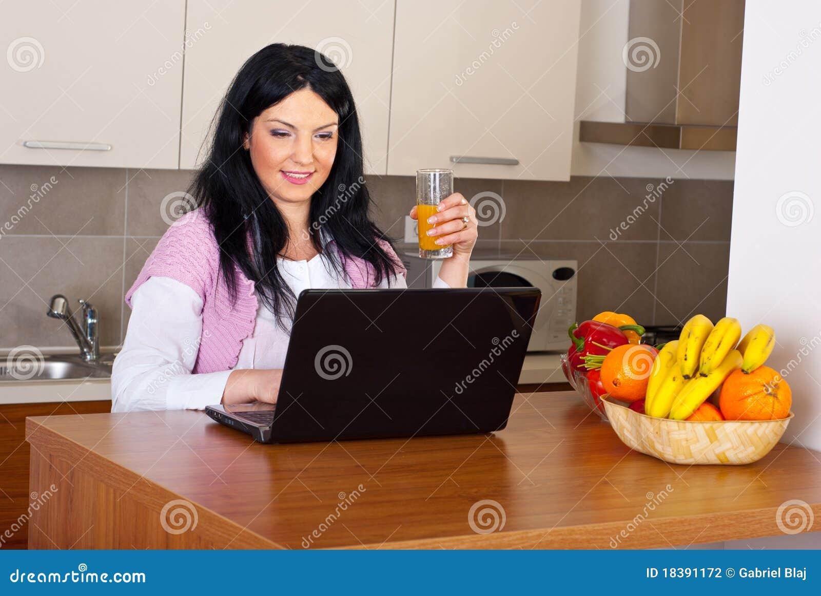 компьтер-книжка кухни сь судящ женщину