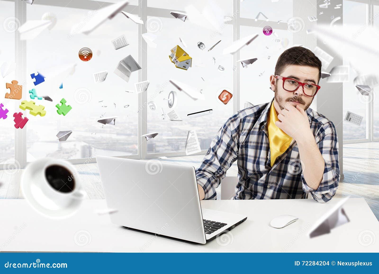 Download Компьтер-книжка пользы парня битника Стоковое Фото - изображение насчитывающей тетрадь, стол: 72284204