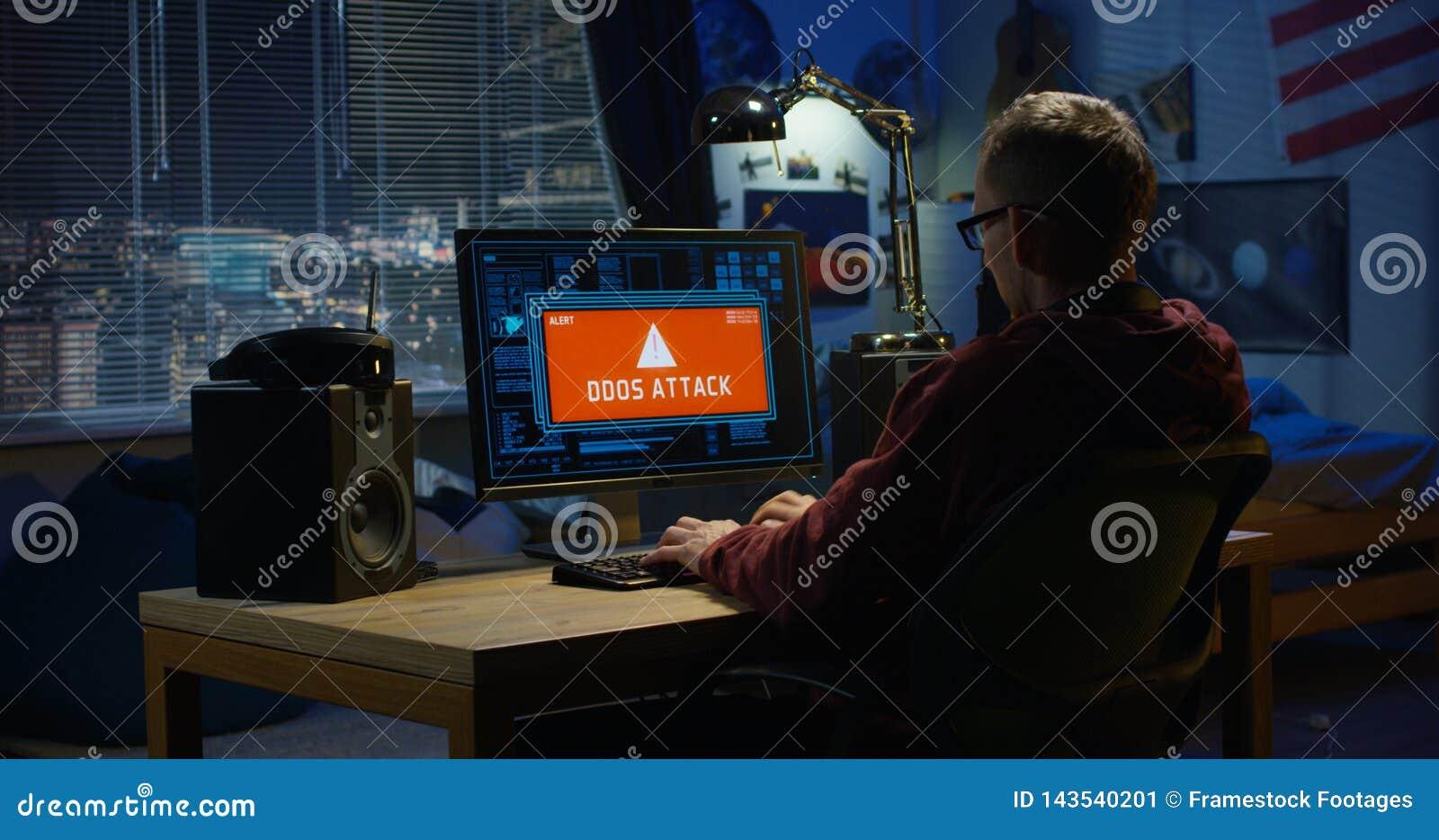 Компьютерный хакер используя его компьютер