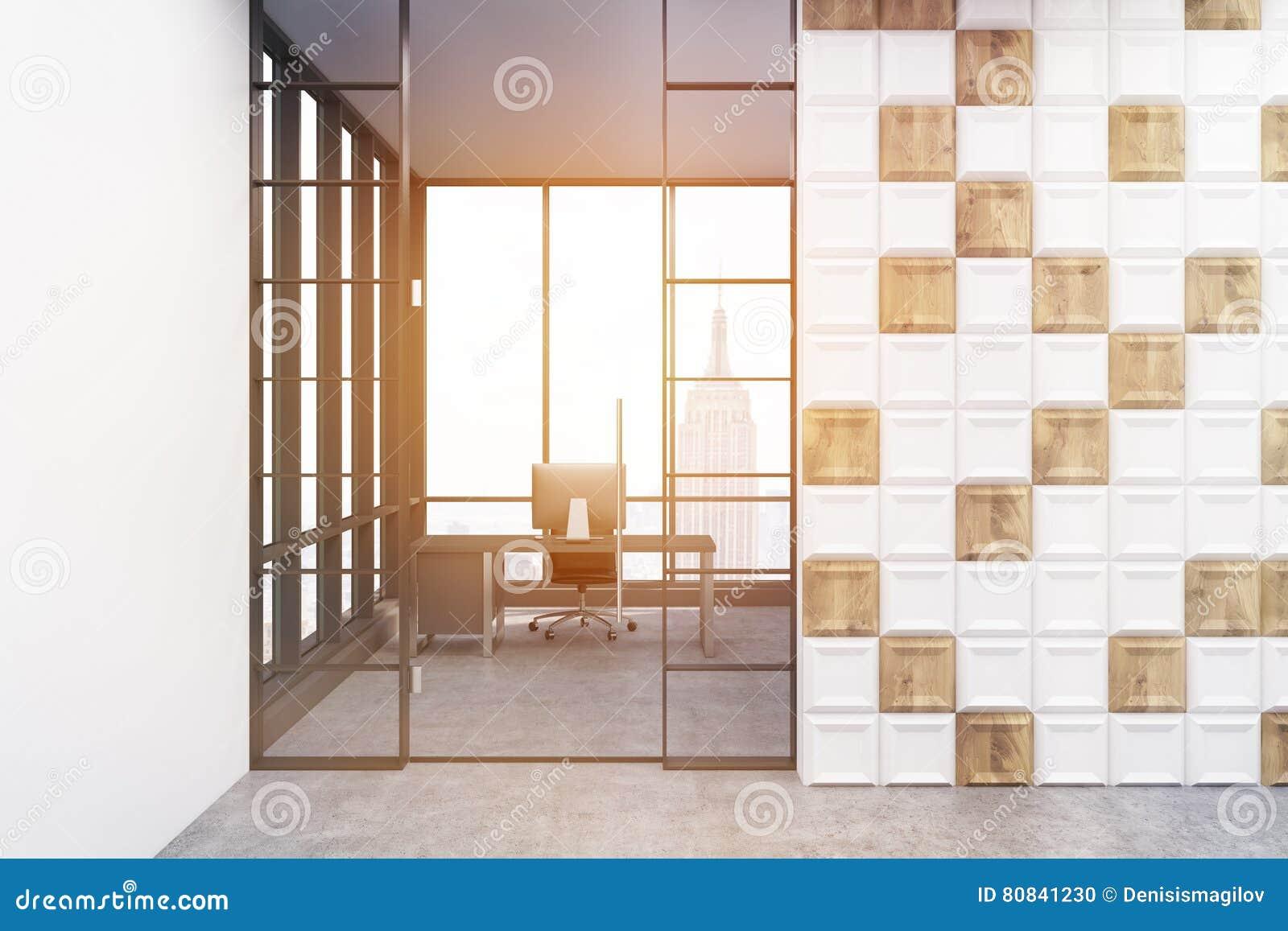 Компьютер на таблице в белой и деревянной тонизированной комнате плиток,