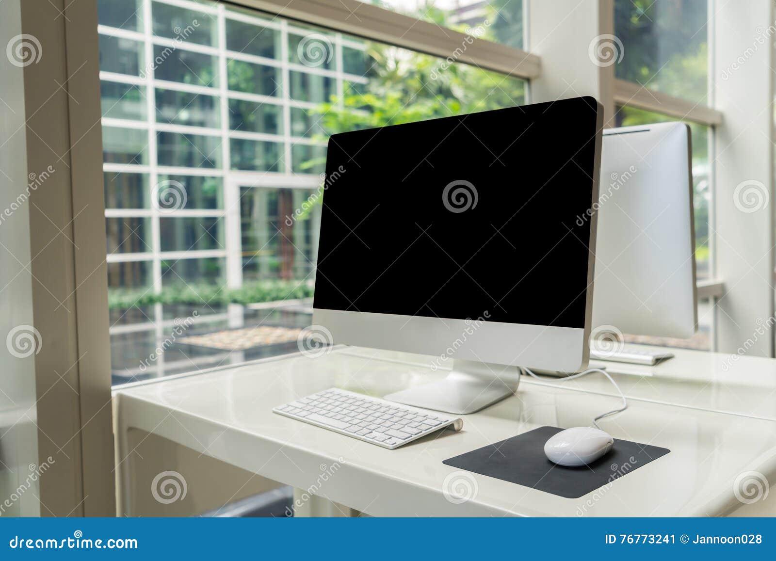 Компьютер на таблице в офисе, месте для работы