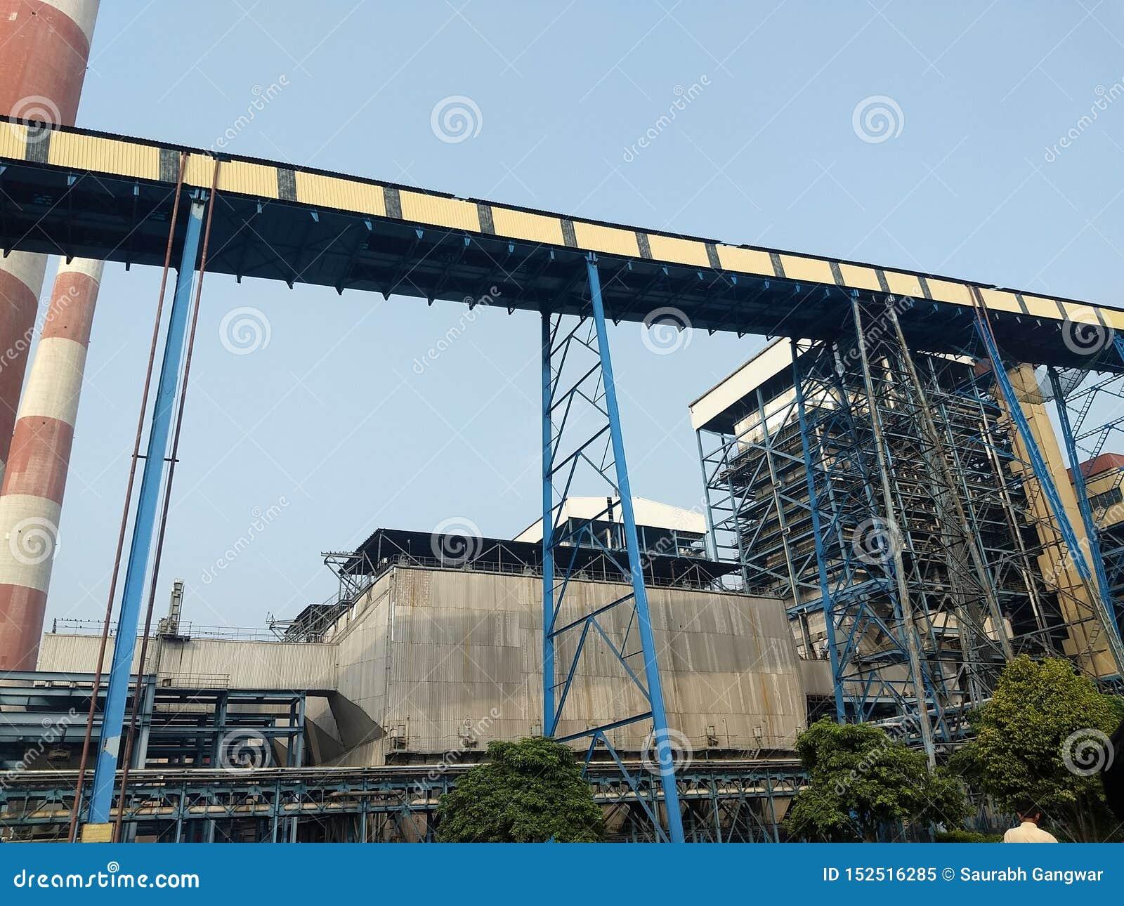 Конвейерная лента угля в электрической станции тепловой мощности