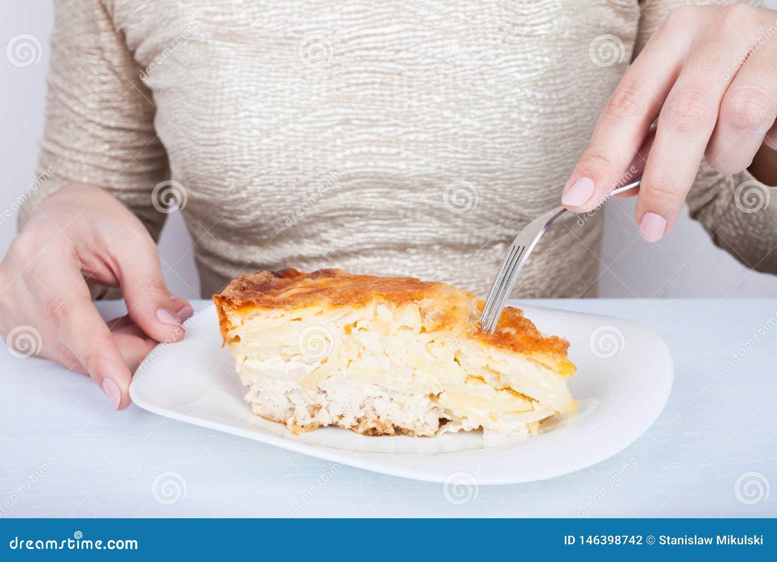 Конец-вверх женских рук и части пирога мяса