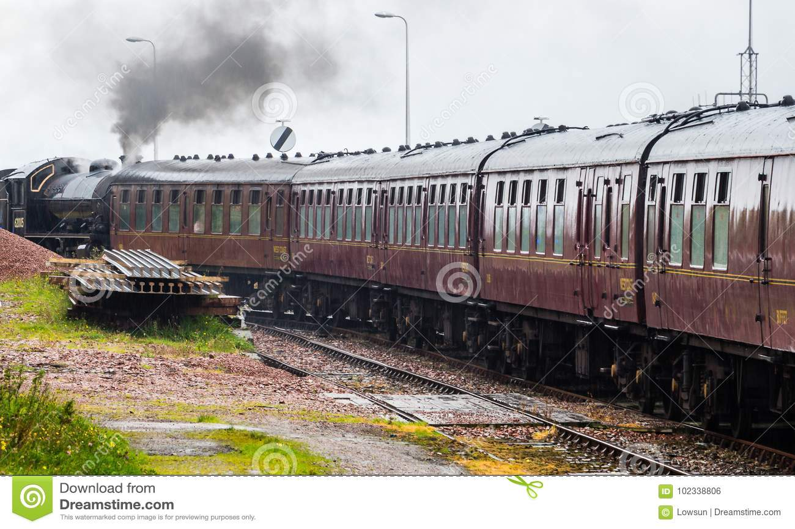 Конец-вверх локомотива пара припарковал на на вокзале Mallaig,