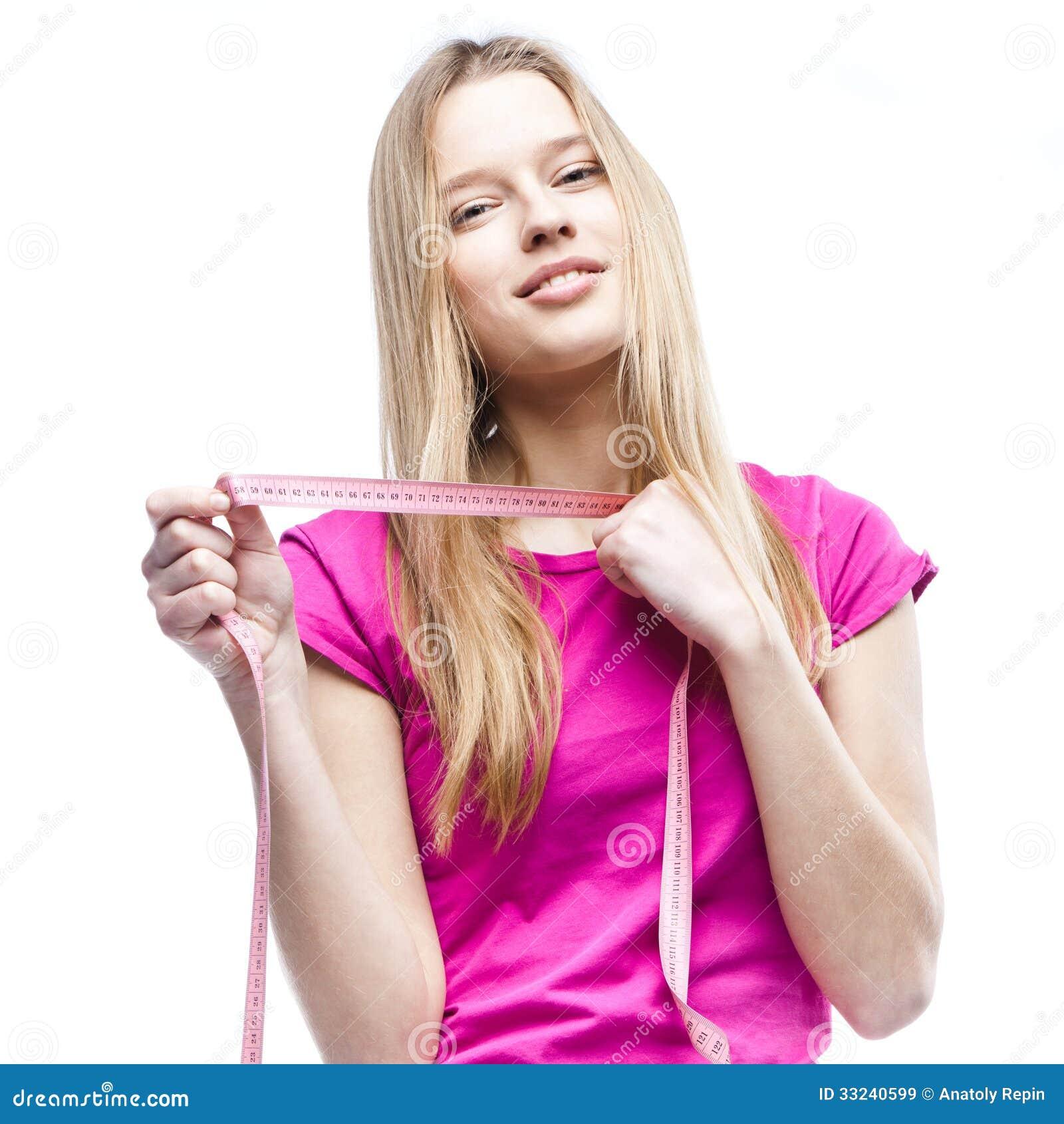Конец-вверх молодой красивой женщины держа метр