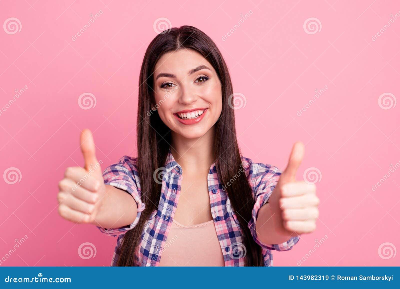 Конец вверх по ее фото изумительное красивое она большой палец руки оружий рук дамы поднятый вверх по новизне испытала качественн