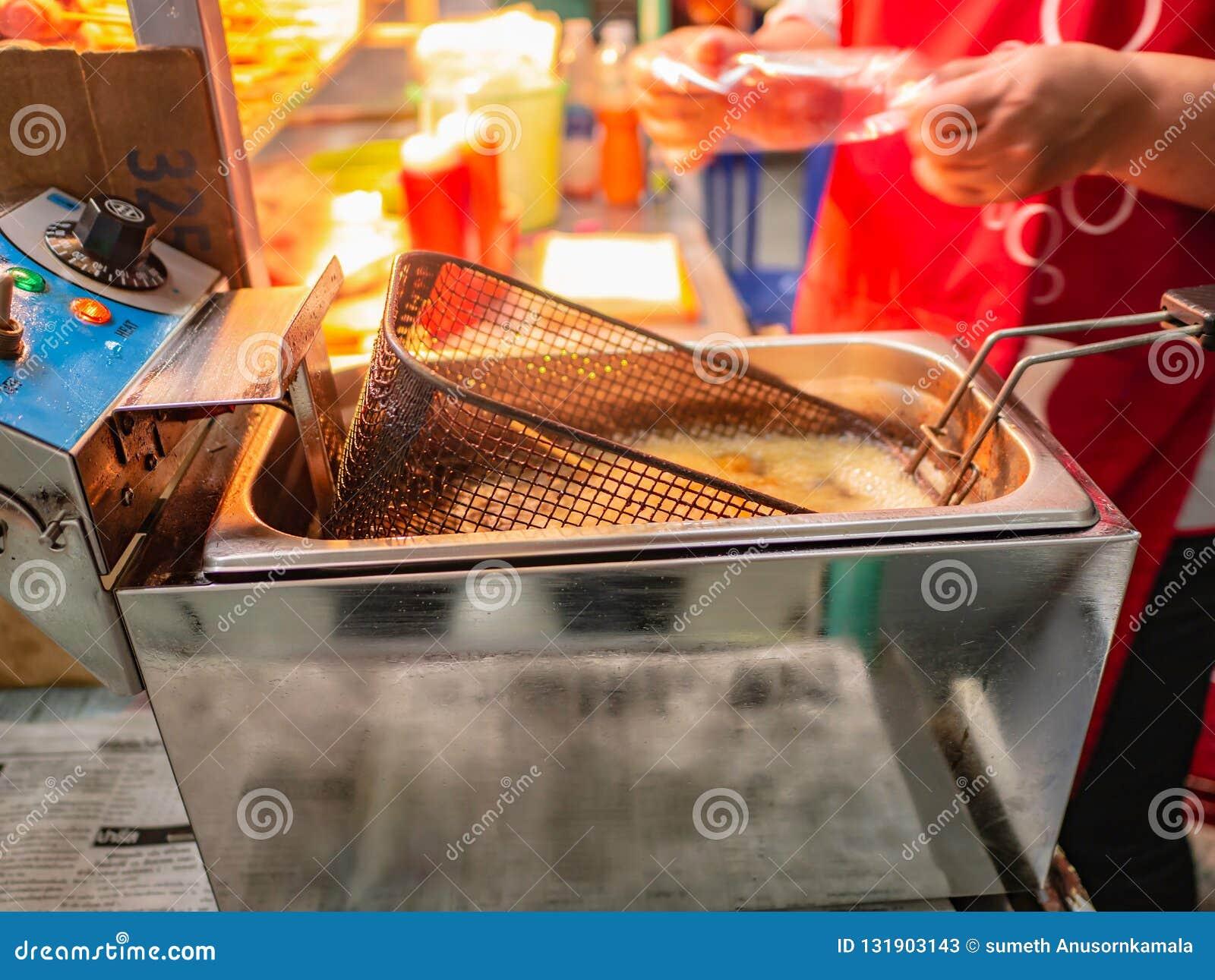 Конец вверх по жарить машину жаря сосиску