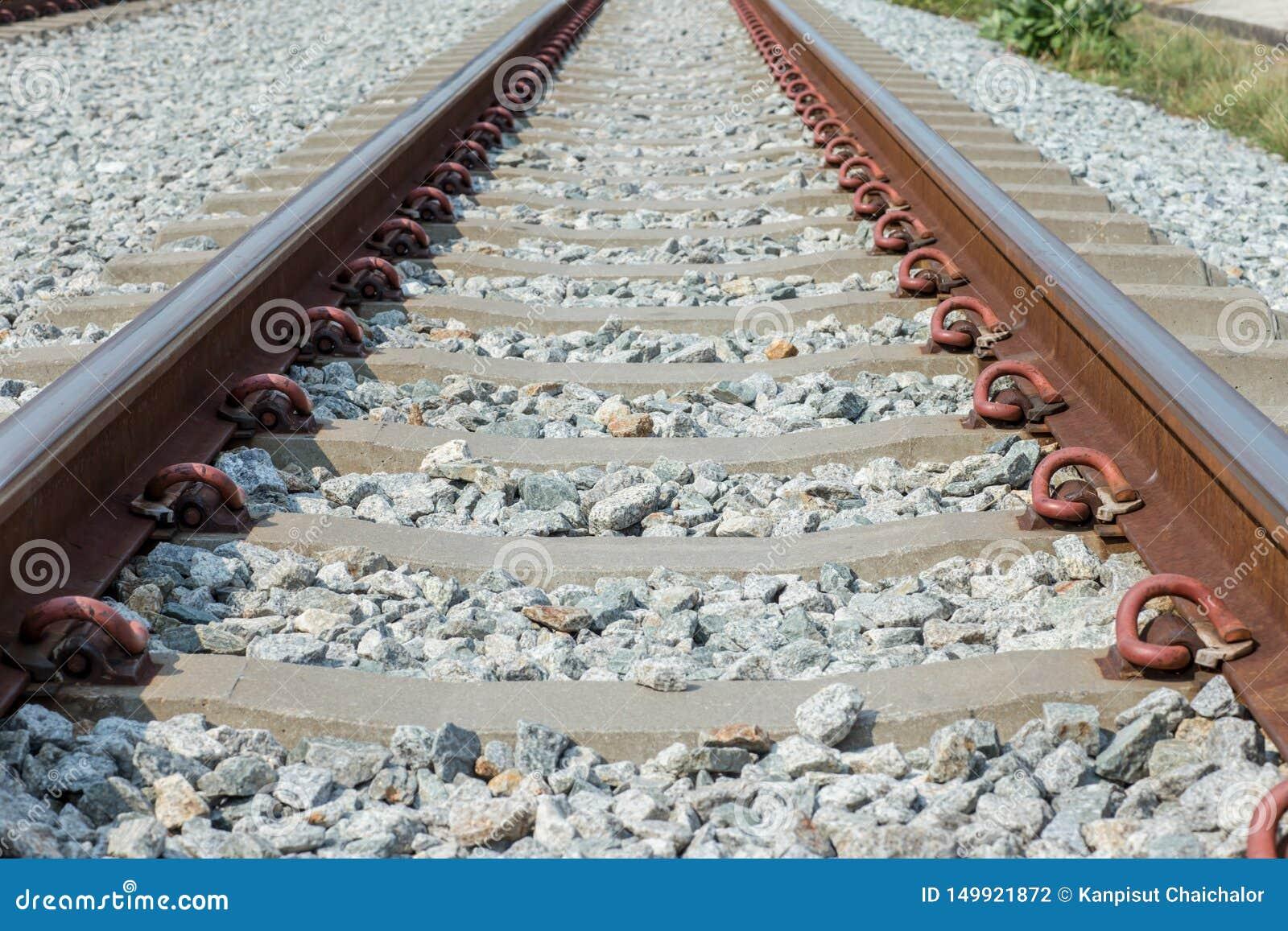 Конец вверх по соединению рельса, анкеру рельса с линией перспективы от железнодорожных путей Транспорт безопасности Избегите зат