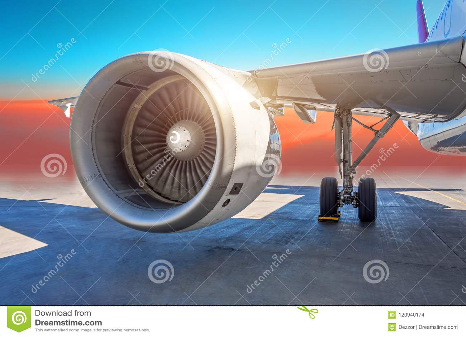 Конец-вверх реактивного двигателя воздушных судн, крыло самолета и шасси колеса посадочного устройства припарковали на авиапорте