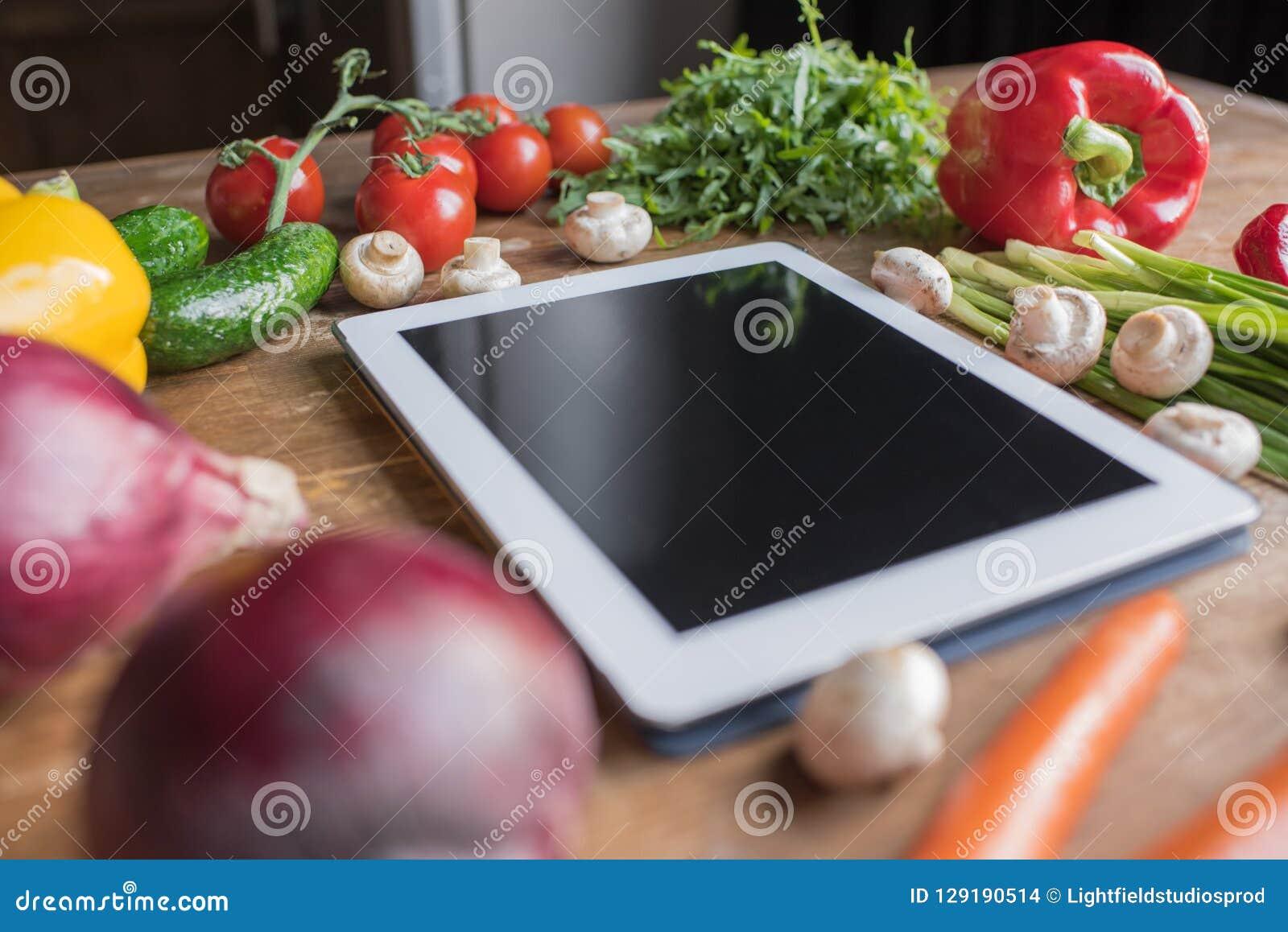 конец-вверх снятый пустого планшета с овощами