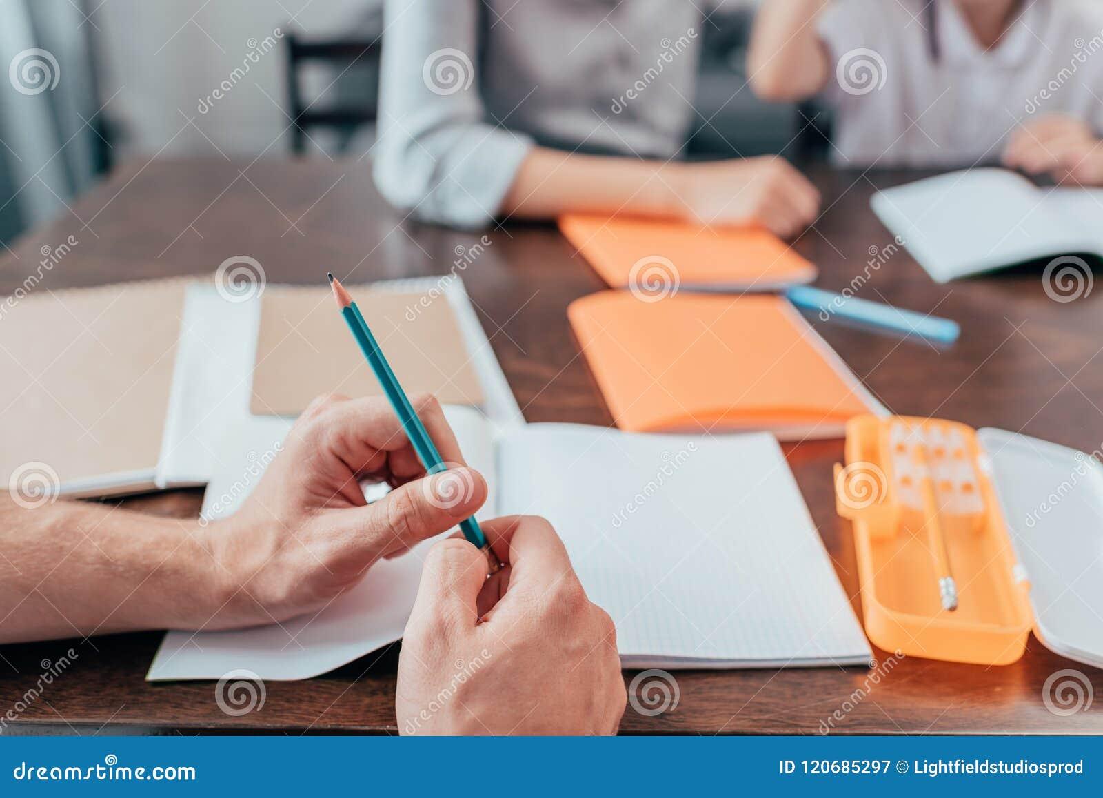 конец-вверх снятый человека держа карандаш