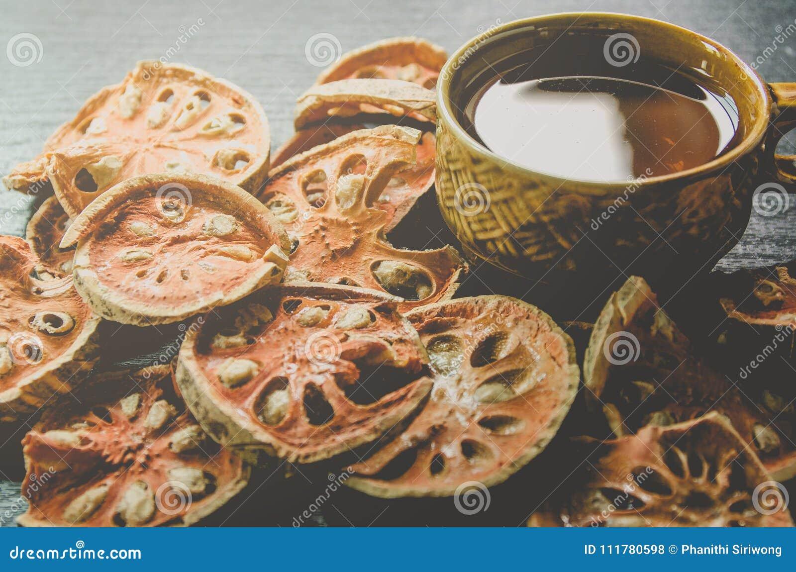 Конец-вверх чая bael сухих и стеклянных и сока bael на деревянном поле