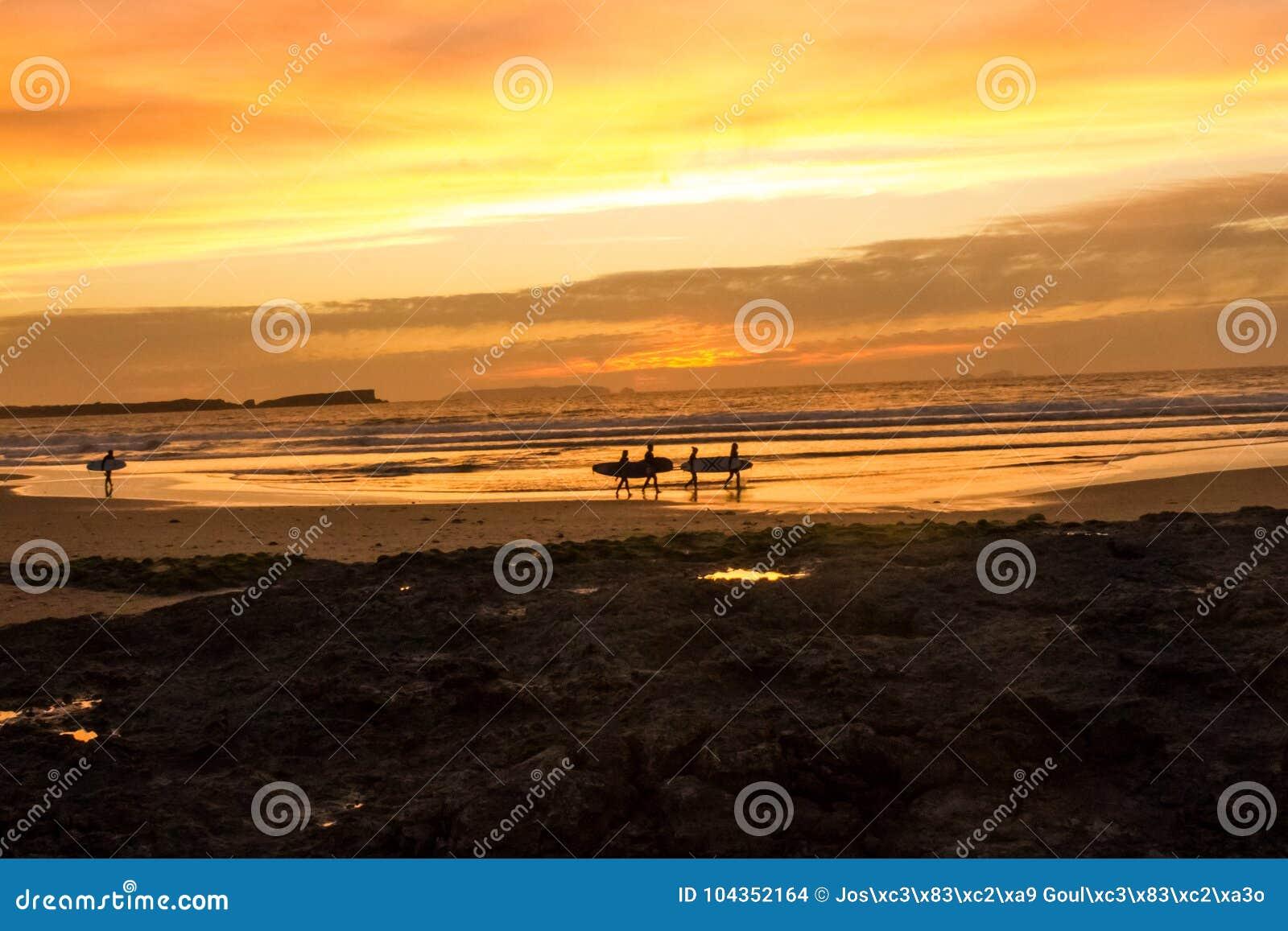 Конец занимаясь серфингом дня на сумерк