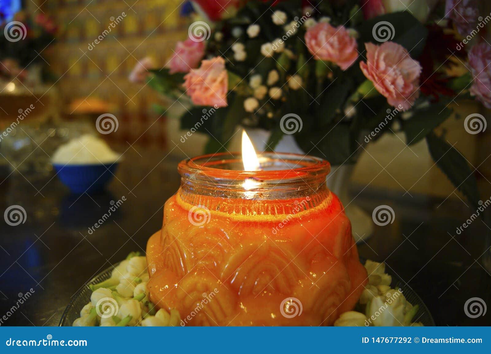 Конец пламени Свет горящей свечи-свечи вверх на черной предпосылке