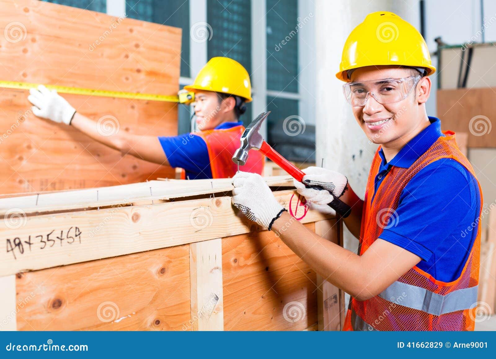 Конец работника деревянная коробка с молотком и ногтем