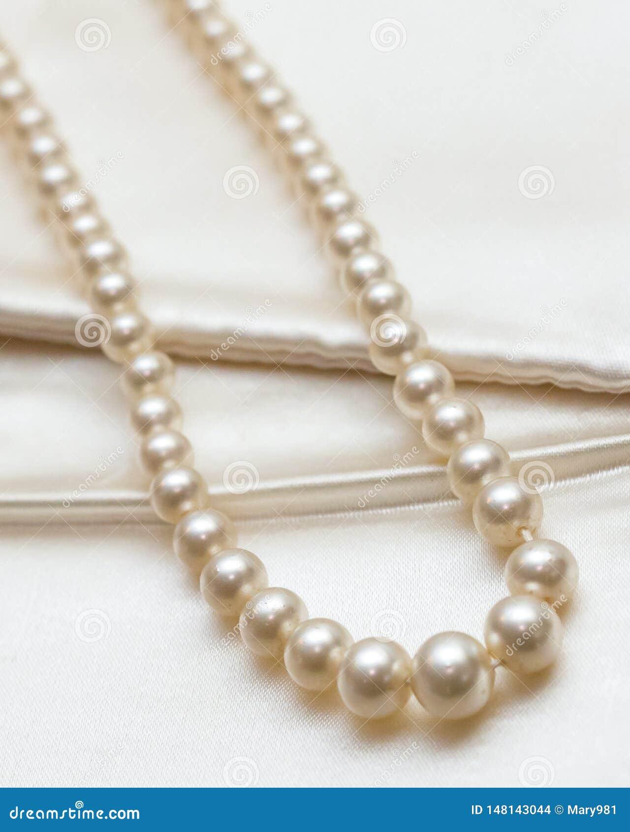 Конец ювелирных изделий heirloom ожерелья жемчуга вверх по детали