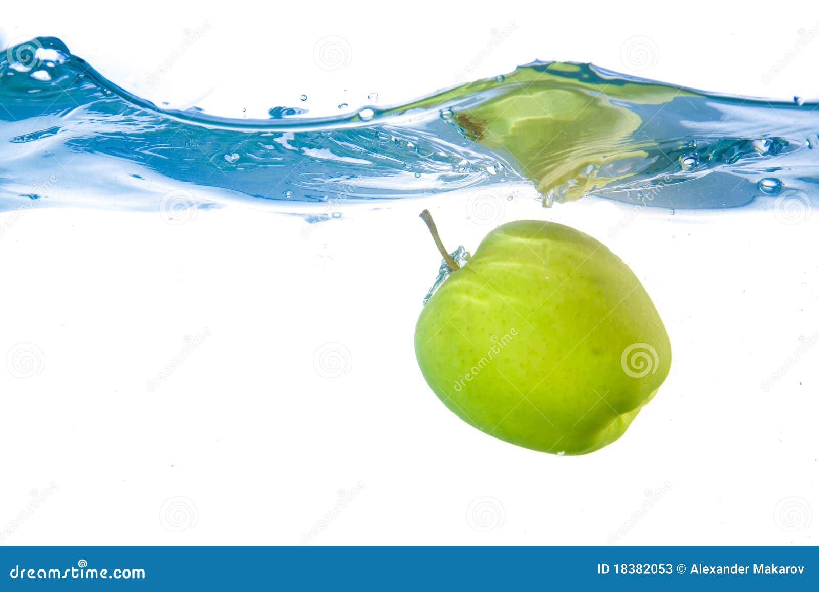 конец яблока понизился вверх по воде