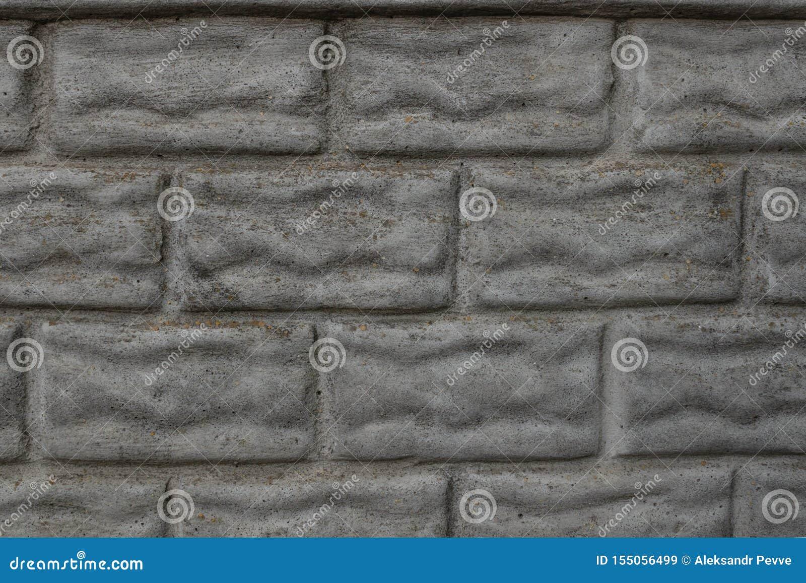 Конкретная загородка отклонение в форме bricklaying покрыта с грязью и мхом время от времени