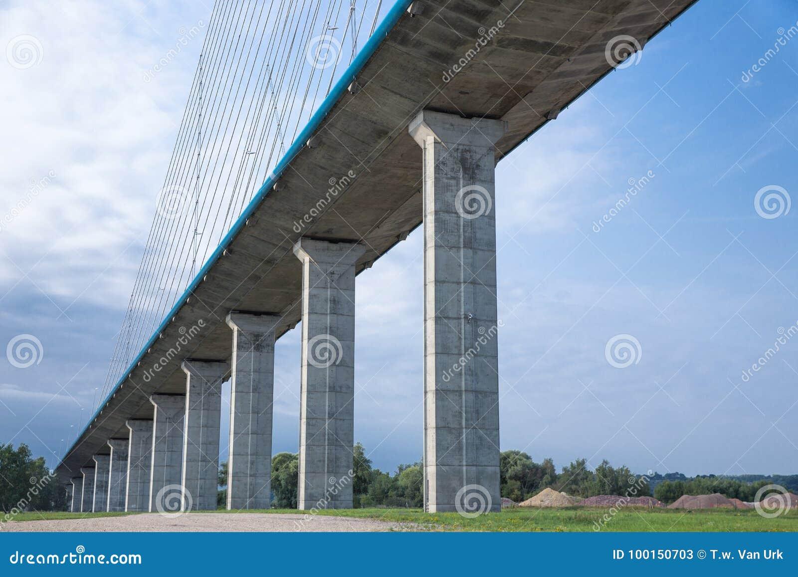 Конкретные штендеры Pont de Normandie над рекой Сеной, Францией